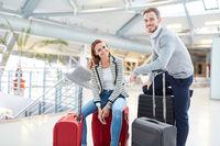 Junges Paar wartet auf den Anschlussflug im Terminal