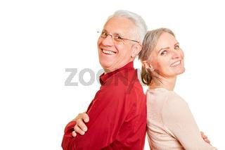 Zwei lächelnde Senioren als Paar