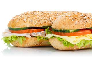Baguette Brötchen mit Käse und Schinken Sandwich Closeup Freisteller freigestellt isoliert