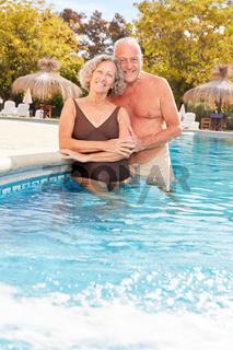 Senioren Ehepaar im Pool vom Wellness Hotel