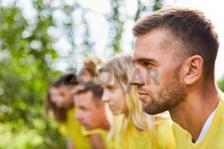 Entschlossener junger Mann am Start von Wettlauf