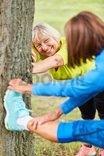 Senior Frauen machen gesundes Dehnen