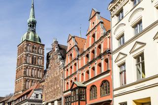 Nikolaikirche mit Giebelhäusern in der Altstadt, Stralsund, Deutschland