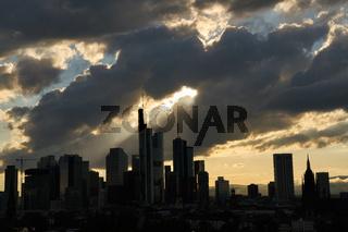 Silhouette der Wolkenkratzer der Stadt Frankfurt am Main