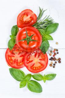 Tomaten mit Basilikum Gemüse von oben Hochformat Holzbrett