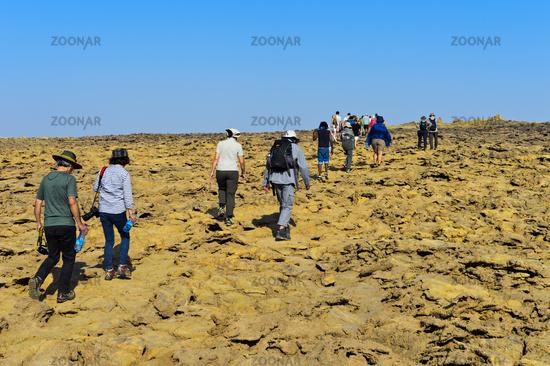 Übertourismus, Gruppen von Touristen auf dem Weg zum Dallol Krater, Afar Dreieck, Äthiopien