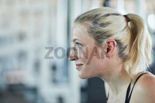 Frau im Profil beim Training im Fitnesscenter