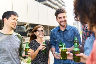 Studenten und Freunde beim Smalltalk mit Bier