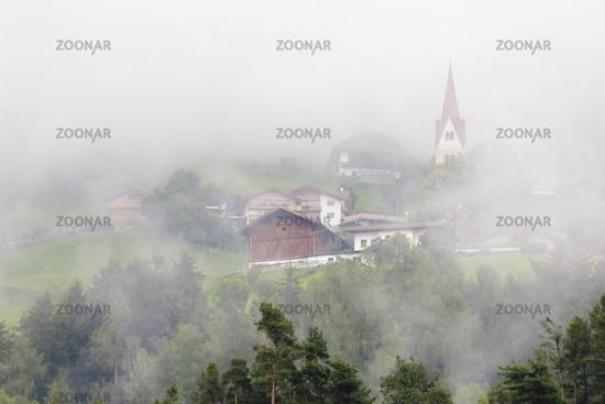 Dorf im Nebel, Südtirol, Italien