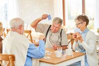 Senioren Gruppe im Ruhestand beim Kartenspiel