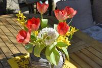 Frühling Blumenstrauß auf Gartentisch