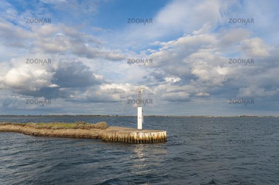 Landschaft mit Hafenmole in Orth auf der Insel Fehmarn