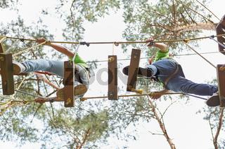 Team balanciert auf einer Brücke mit hoher Schwierigkeit