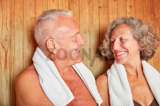 Glückliches Senioren Paar in der Sauna