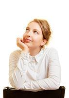 Junge Frau schaut beim Nachdenken nach oben