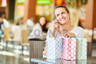 Frau beim Shopping mit Handy