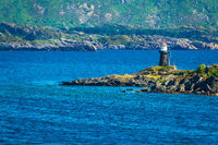 Küste mit Leuchtturm auf den Lofoten in Norwegen
