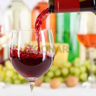 Wein einschenken eingießen aus Weinflasche Weinglas Rotwein Flasche Quadrat
