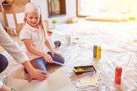Kind hilft Familie beim Malern bei Renovierung