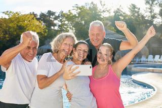 Reisegruppe macht Selfie mit Reiseleiterin