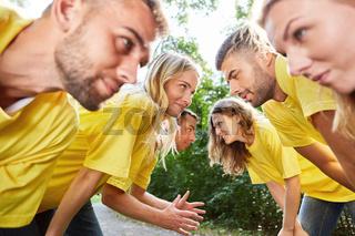 Junge Leute machen eine Übung für Teamwork