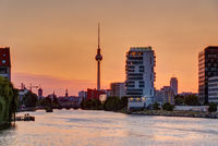 Schöner oranger Himmel bei Sonnenuntergang in Berlin