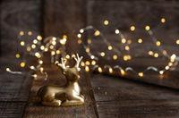Goldener Hirsch vor Lichtern