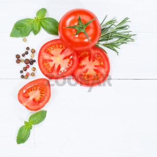 Tomaten mit Basilikum Gemüse von oben Quadrat Textfreiraum Copyspace Holzbrett