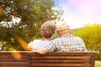 Paar Senioren in Liebe auf Parkbank im Herbst
