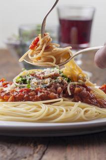 Spaghetti mit Tomatensauce auf einem Teller