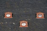 Drei Dachfenster des Quedlinburger Rathauses
