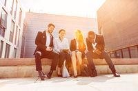 Gruppe Geschäftsleute lacht zusammen in Pause