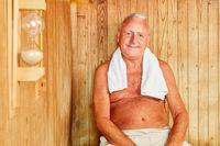 Senior Mann sitzt entspannt in der Sauna