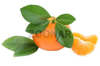 Mandarine Frucht mit Blätter Freisteller freigestellt isoliert
