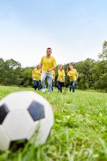 Junges Team beim Fußball Training