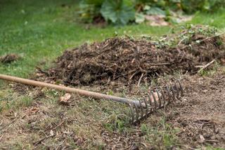 Gartenrechen gefährlich abgestellt - Gefahr von Gartenwerkzteug