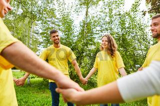 Junge Leute halten sich an den Händen