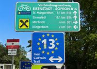 Wegweiser auf dem Radweg Iron Curtain Trail, Grenze zwischen Ungarn und Österreich