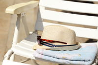 Badeutensilien mit Sonnenhut und Handtuch