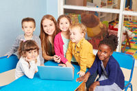 Lehrerin und Kinder am Laptop Computer