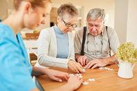 Senioren Paar mit Demenz beim Puzzle spielen