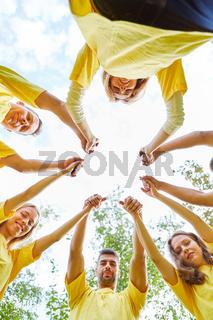 Hände halten bei einem Teambuilding Event
