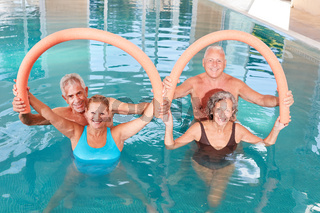 Senioren machen Übungen mit Schwimmnudel