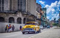 Gelber amerikanischer Oldtimer fährt auf der Hauptstrasse durch Havanna Kuba - HDR - Serie Kuba Reportage