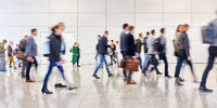 Anonyme Masse Leute geht in Messe oder Flughafen
