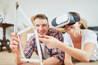 Paar plant Hausbau mit Virtual Reality Brille