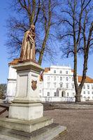 Denkmal KurfŸrstin Luise Henriette vor Schloss Oranienburg, Brandenburg, Deutschland