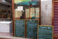 Speisekarte vor einer Tapas-Bar