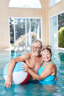 Glückliches Senioren Paar im Pool des Spa