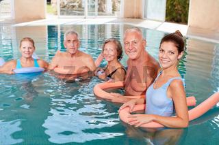 Senioren im Wasser in der Reha Gruppe